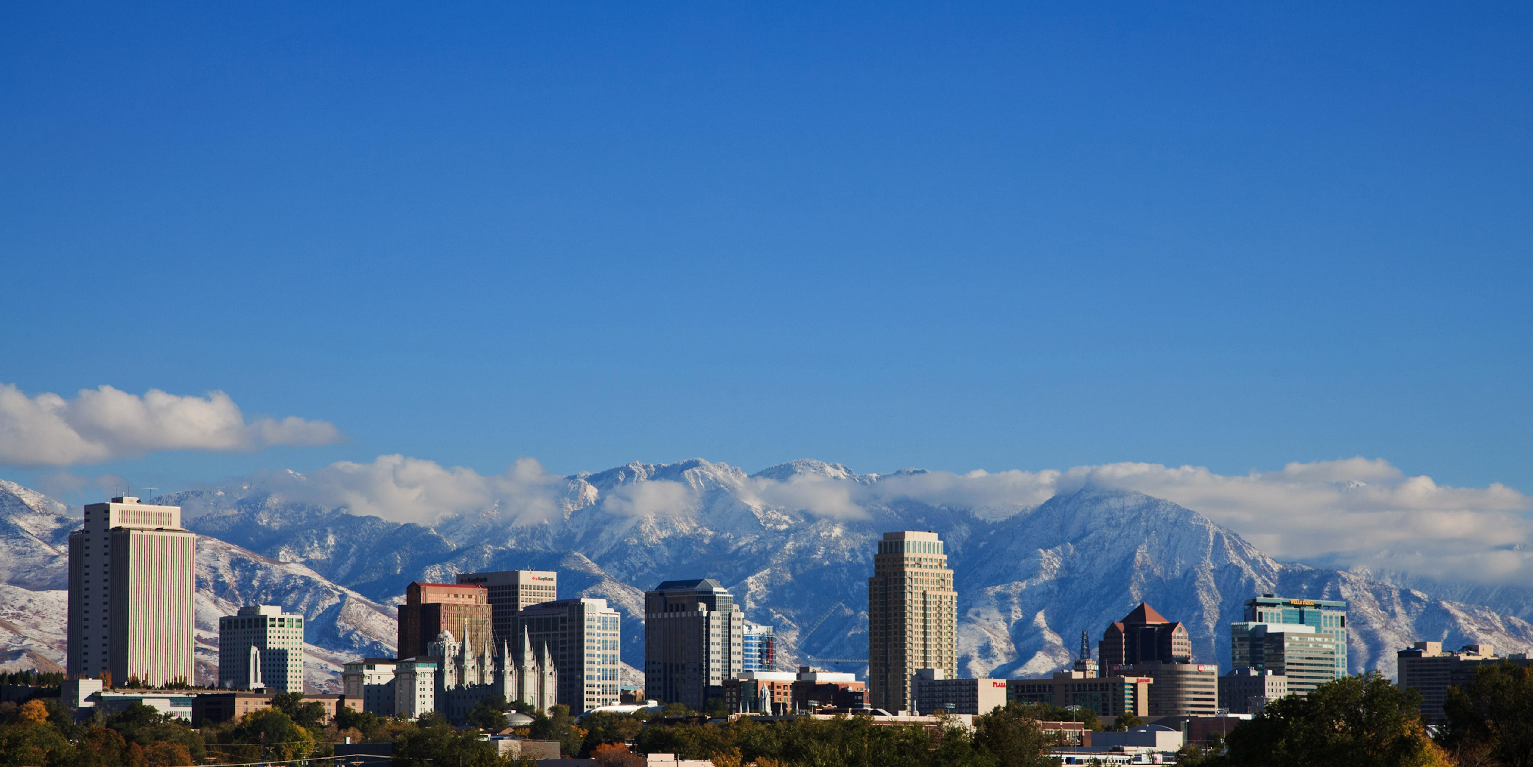 Die Skyline von Salt Lake City mit schneebedeckten Skibergen im Hintergrund