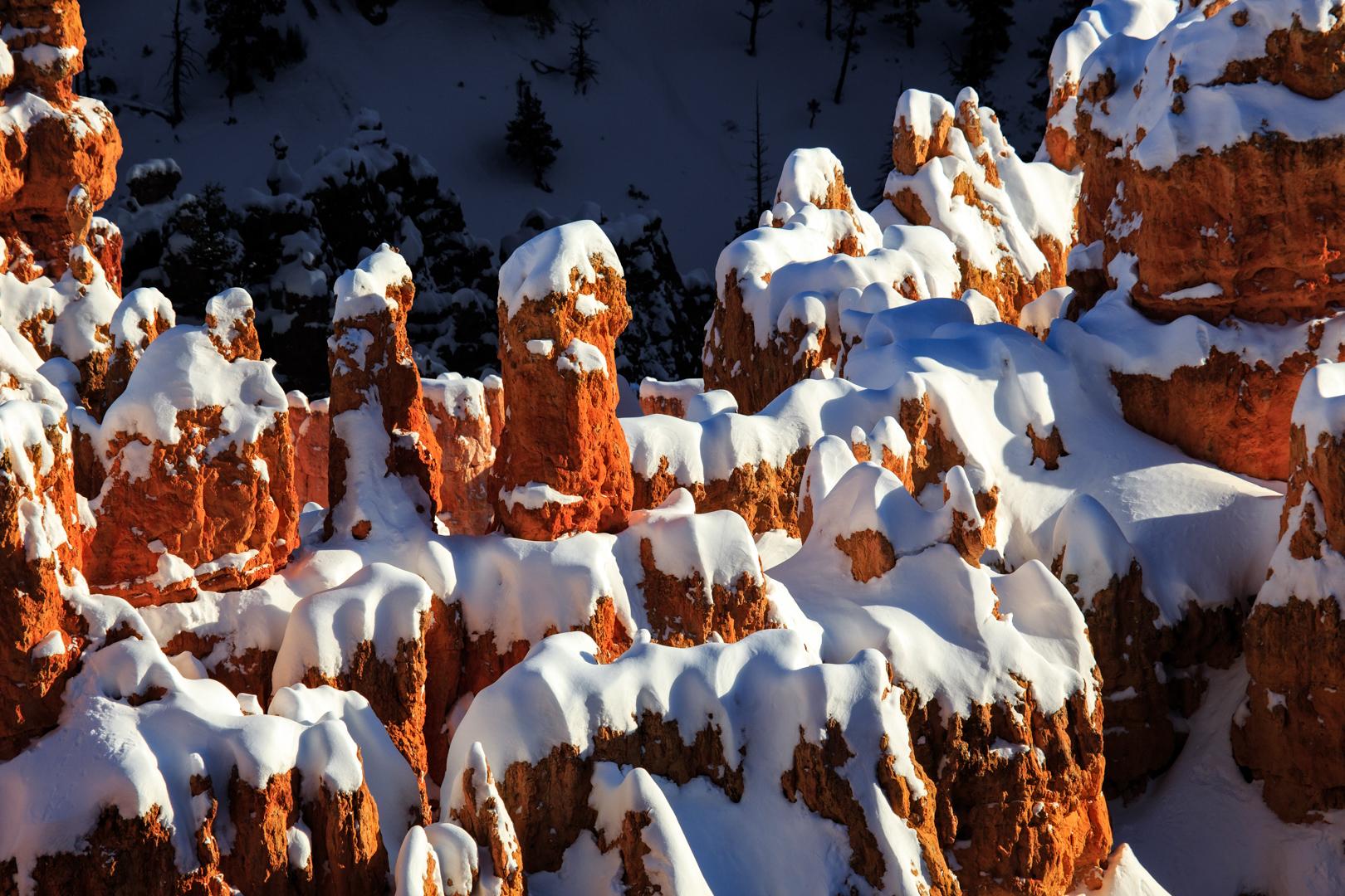Weiße Mützen auf den Hoodoos im Bryce Canyon Nationalpark